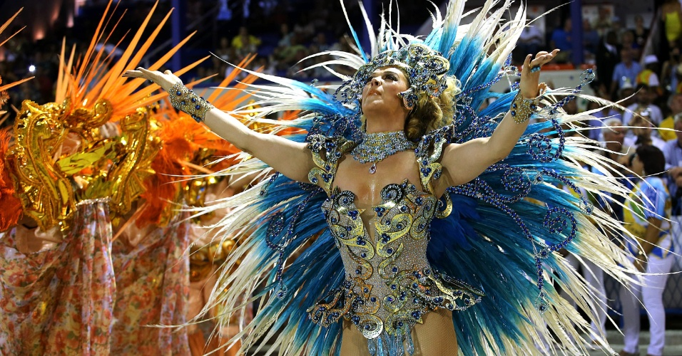 8.fev.2016 - Madrinha da escola, a atriz Cláudia Raia comemorou 30 anos desfilando pela Beija-Flor