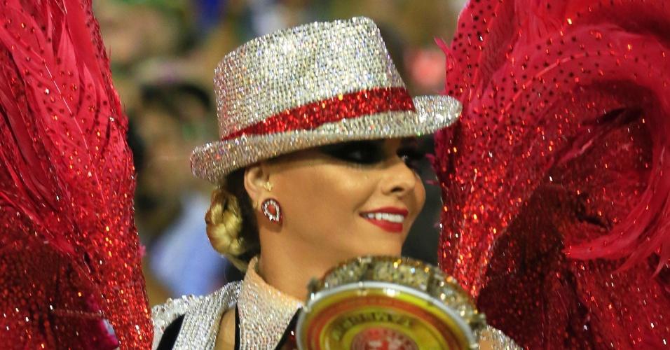 8.fev.2016 - Fantasiada de malandro, a rainha de bateria Viviane Araújo ajuda no ritmo da Furiosa, como é conhecida a ala do Salgueiro