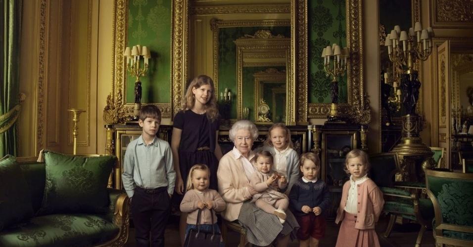 20.abr.2016 - A rainha Elizabeth 2ª aparece em fotos oficiais divulgadas pela Monarquia Britânica em comemoração aos seus 90 anos. Na imagem, ela aparece ao lado dos netos e bisnetos. No colo, ela carrega a pequena Charlotte, filha caçula do príncipe William e de Kate Middleton