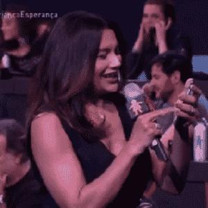 2.jul.2016 - Dira Paes pegou o celular, ligou para a central de atendimento da campanha e pediu ao telespectador para que também fizesse a sua doação para a campanha beneficente da Globo - Reprodução/TV Globo
