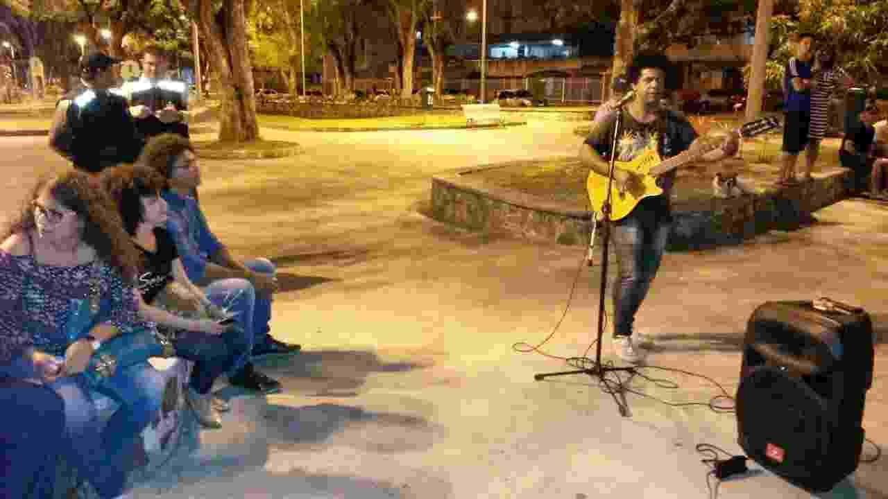 O cantor Gladston Rosa presta homenagens ao ator na frente do IML - Flavio Antunes/UOL
