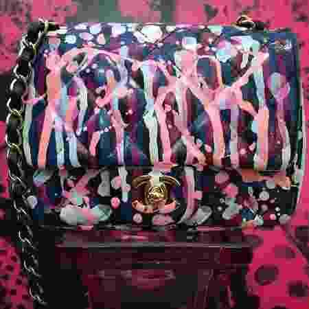 """Bolsa Chanel trabalhada por Juliana Ali: """"Uso uma tinta acrílica gringa especial para pintar couro"""" - Divulgação - Divulgação"""