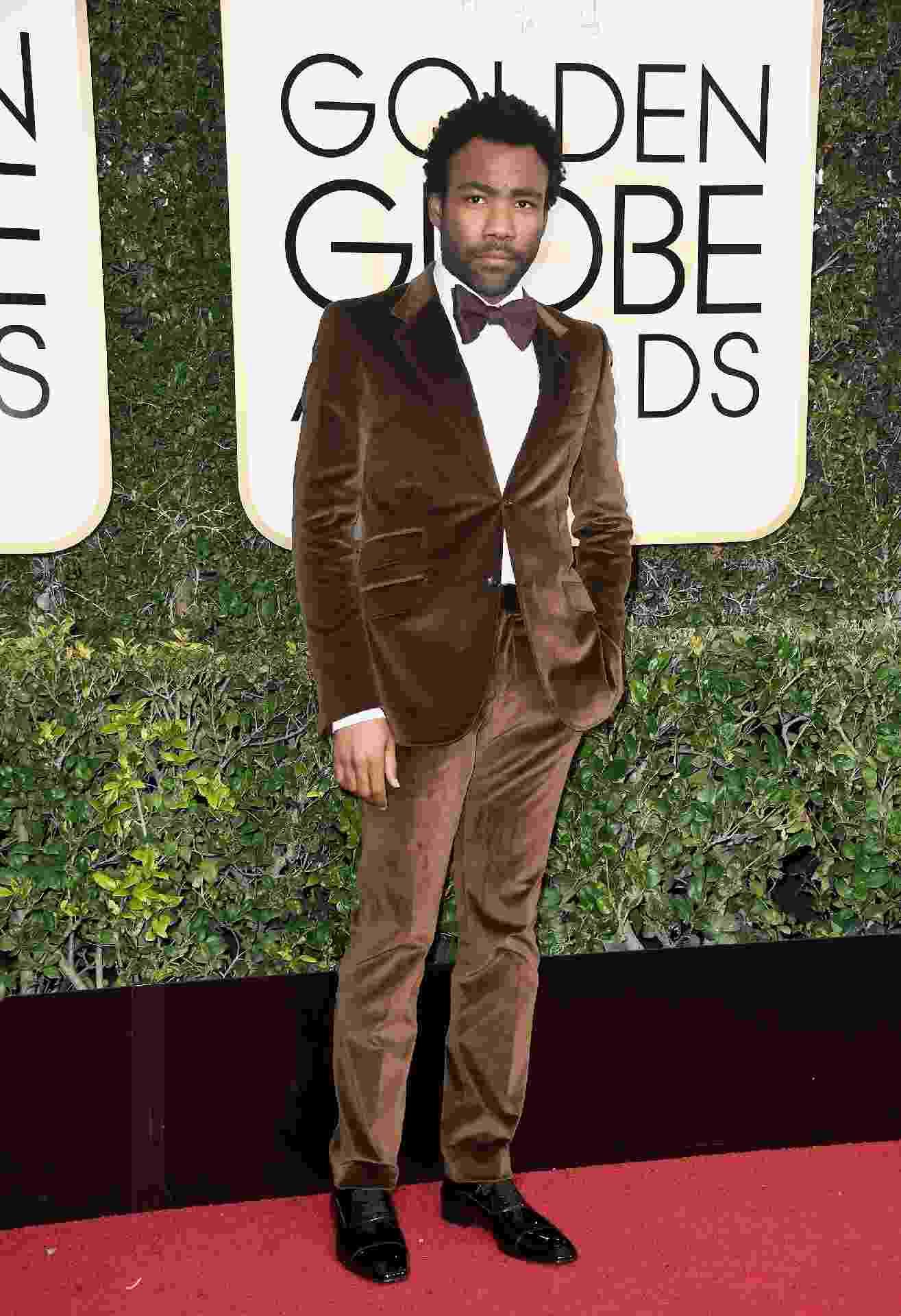 Donald Glover escolheu um marrom de veludo para o Globo de Ouro 2017. Atlanta, em que o ator atua e produz, ganhou o prêmio de Melhor Série de Comédia - Getty Images