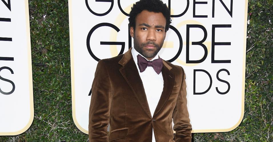 Donald Glover escolheu um marrom de veludo para o Globo de Ouro 2017. Atlanta, em que o ator atua e produz, ganhou o prêmio de Melhor Série de Comédia
