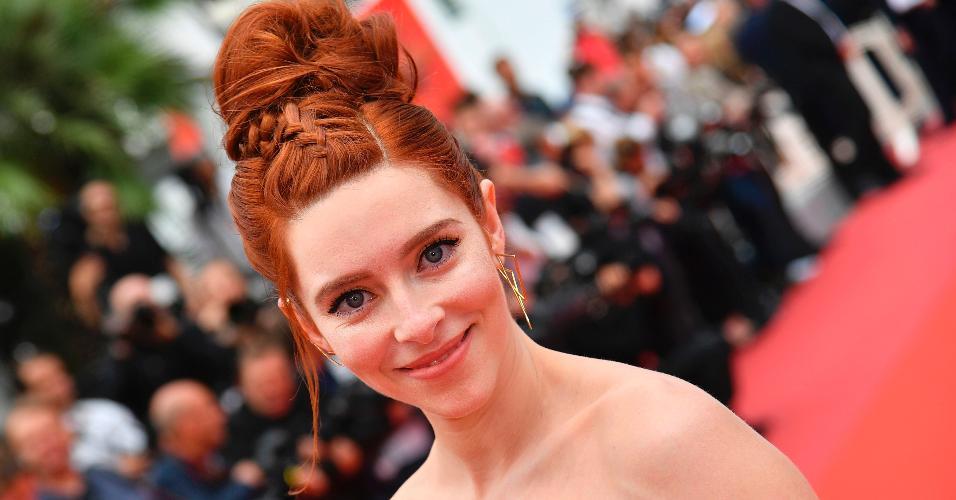 """A atriz americana Kate Gorney também foi conferir a exibição do filme 'Wonderstruck'. Ela optou por um preso mais elaborado, com direito a uma trança que pegava toda a franja e ia até o grande coque, arrumado bem no topo da cabeça e ao estilo """"desconectado"""""""