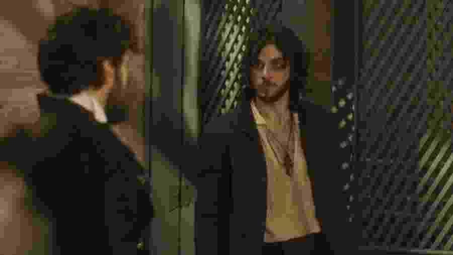 """Thomas (Gabriel Braga Nunes) ameaça Joaquim (Chay Suede) em """"Novo Mundo"""" - Reprodução/GShow"""