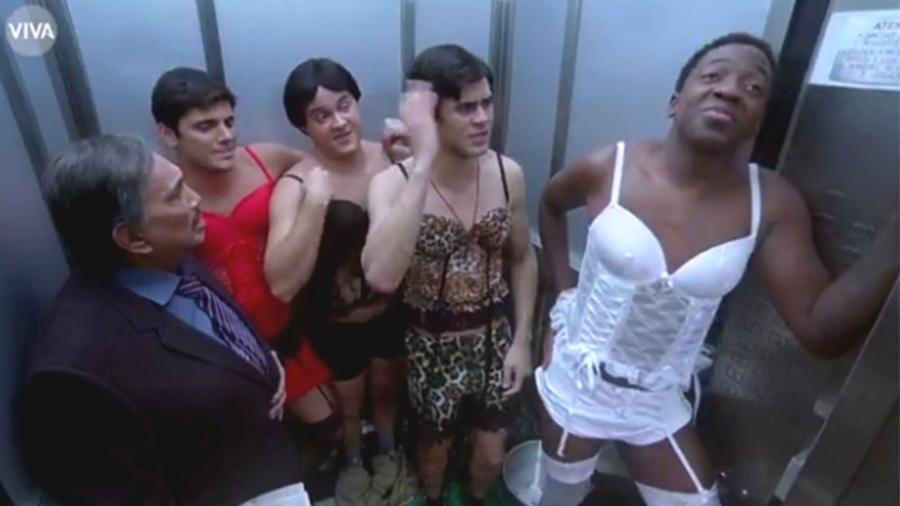 """Didico (Lucas Veloso), Dedeco (Bruno Gissoni), Mussa (Mumuzinho), Zaca (Gui Santana) e Dedé (Dedé Santana) ficam presos no elevador no episódio de estreia de """"Os Trapalhões"""" - Reprodução/Viva"""