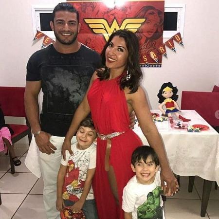 Priscila Pires postou foto com namorado João Reis e seus dois filhos  - Reprodução/Instagram/@pricilapires32