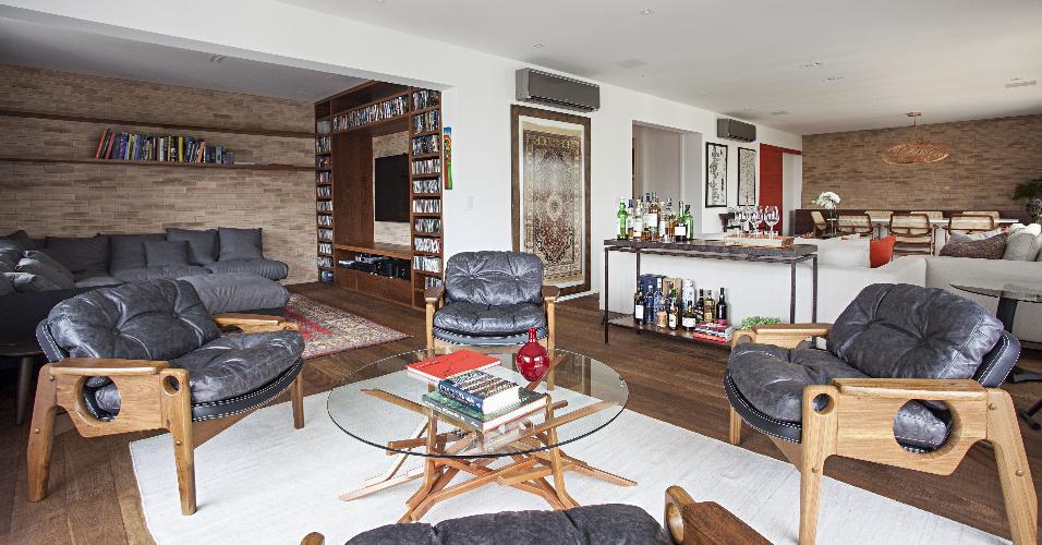 Diferentes estilos estão reunidos neste apartamento reformado pela Korman Arquitetura, que derrubou paredes para integrar living, home theater e sala de jantar. Para criar pontos de atração entre os ambientes, cada um conta com um tapete diferente