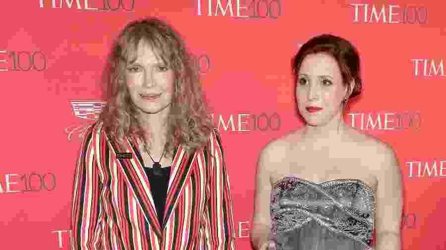 Dylan Farrow com sua mãe Mia Farrow no tapete vermelho da festa de gala da revista Time em 2016 - Neilson Barnard/AFP