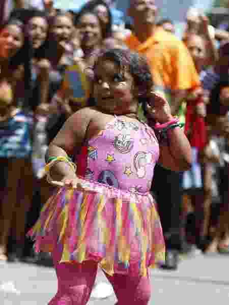 A menina Sofia dança muito no Bloco das Poderosas, no Rio - Marcelo de Jesus/UOL