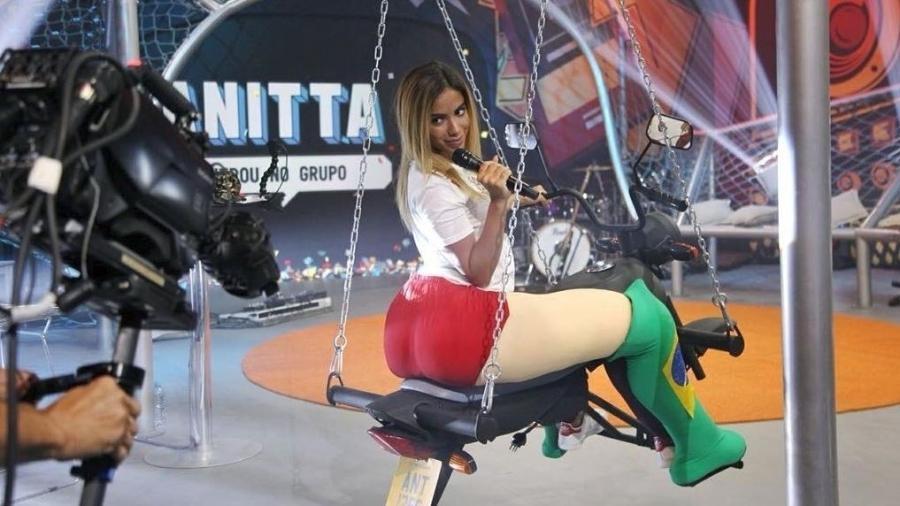 """Anitta brinca no balanço inspirado no clipe de """"Vai Malandra"""" que faz parte do cenário do programa """"Anitta Entrou no Grupo"""" - Reprodução/Twitter"""