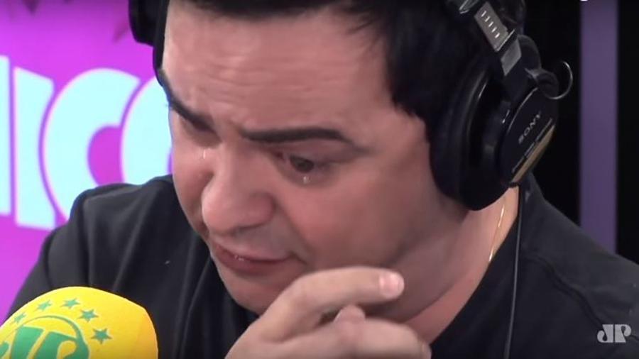 Márvio Lúcio, o Carioca, se emociona ao ler carta de despedida da Jovem Pan - Reprodução / YouTube