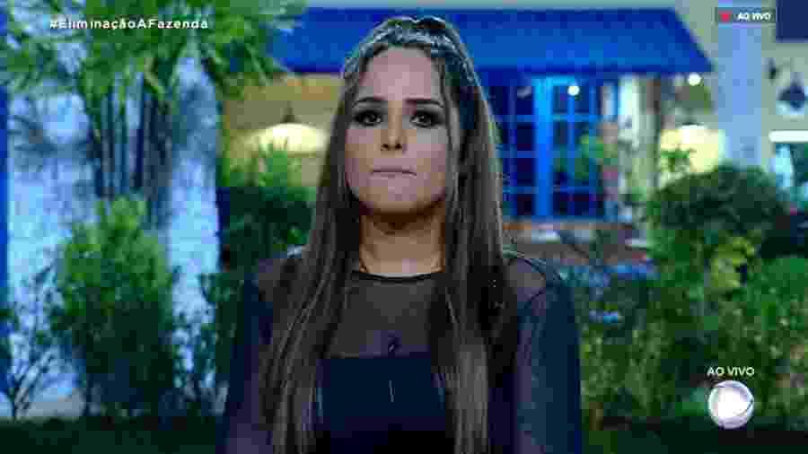 Perlla ouve o apresentador Marcos Mion antes da quarta eliminação  - Reprodução/RecordTV