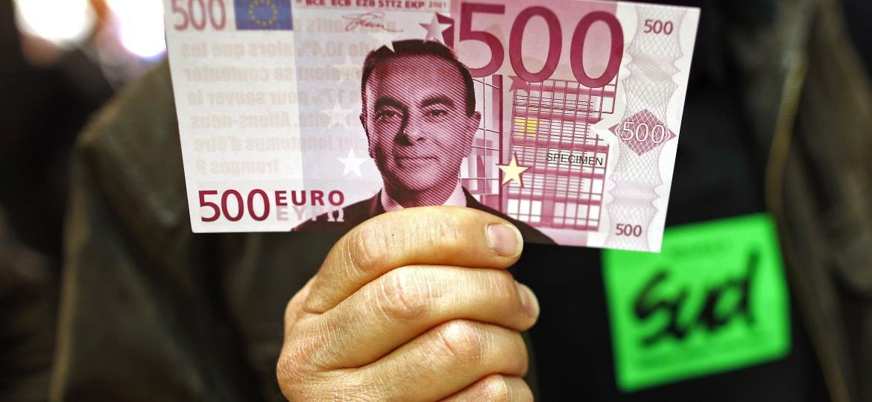 Face de Carlos Ghosn aparece estampada em imitação de nota de 500 euros, durante protesto na França - Benoit Tessier/Reuters - 30.04.2015