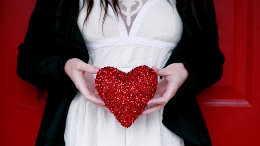Por trás da vontade de estar sempre apaixonada pode haver uma busca incessante pelo amor não recebido quando criança - Unsplash