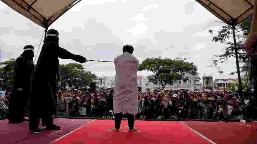 Homem é chicoteado publicamente na Indonésia por ser gay. 70 países do mundo ainda consideram homossexualidade crime - Reuters