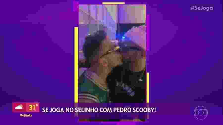 Se Joga exibe selinho de Pedro Scooby em Matheus Mazzafera, com a voz de Leo Dias ao fundo - Reprodução/TV Globo