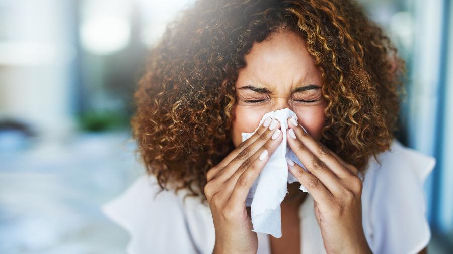 Coriza é sintoma em comum tanto para covid-19 quanto para rinite - iStock