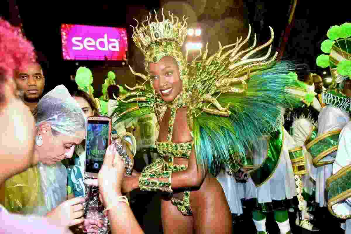 Iza é tietada durante sua passagem pela Sapucaí - MARCELO SA BARRETO/AgNews