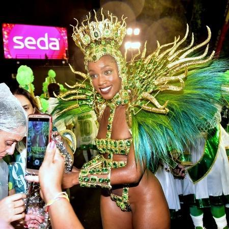 Iza é tietada durante sua passagem como rainha de bateria pela Sapucaí - MARCELO SA BARRETO/AgNews