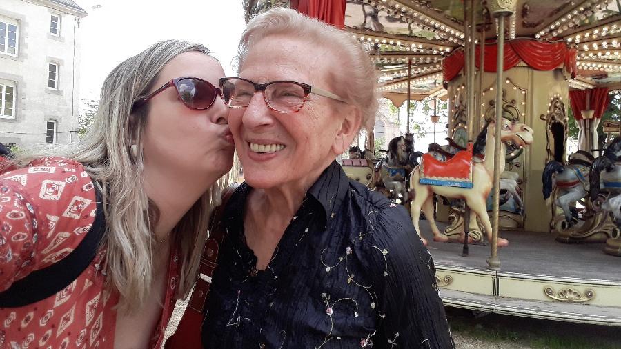 A jornalista Priscila Keller com a avó, Ivonne Scanff, na França: clima de despedida - Arquivo pessoal