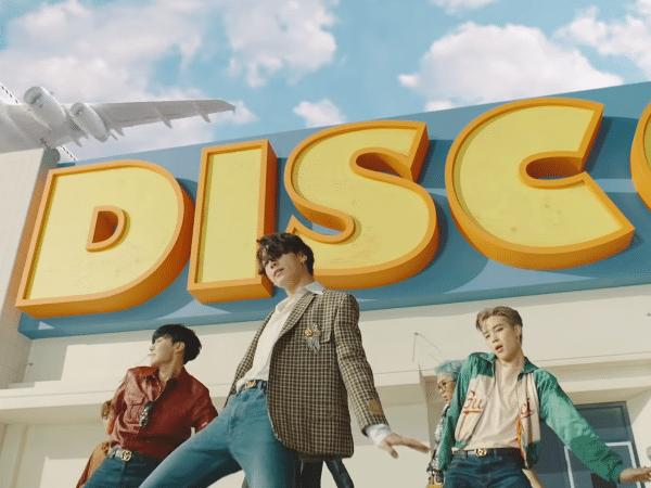 Membros do BTS dançam em cena do clipe de 'Dynamite'