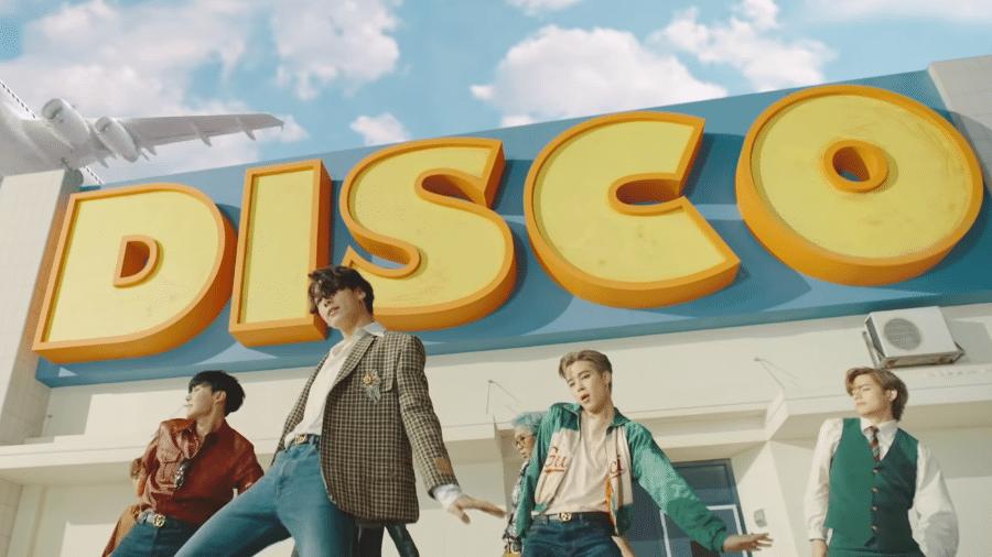"""Membros do BTS dançam em cena do clipe de """"Dynamite"""" - Reprodução/YouTube"""