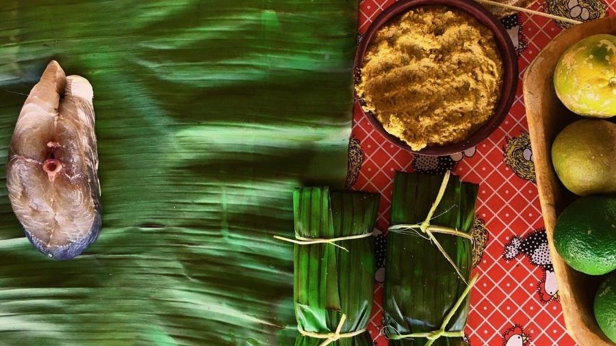 Posta de peixe na folha de bananeira com creme de aroeira, pimentinha brasileira - Deborah Santos Martins/Alecrim Baiano
