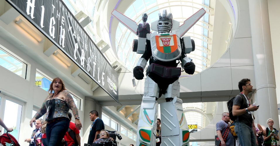 9.jul.2015 - Um homem em uma fantasia de Transformers caminha no hall da San Diego Comic-Con, na Califórnia