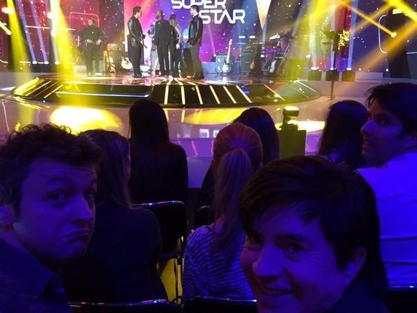 """12.jul.2015 - O cantor Lucas Lima e o sogro Xororó já acomodados no auditório à espera da edição final de """"SuperStar"""""""