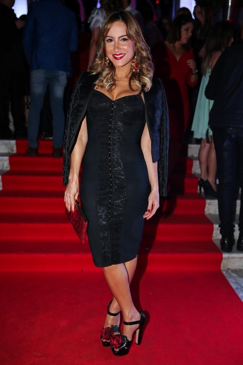 6.out.2015 - Claudia Leitte usa pretinho básico e detalhes vermelhos para comparecer à festa de 15 anos da revista