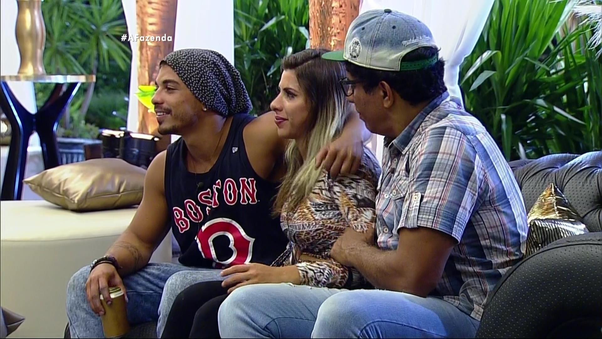 4.dez.2015 - Douglas, Luka e Ana Paula precisaram de um tempo antes de curtir a festa