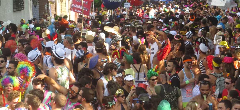 """Foliões no bloco Céu Na Terra, no Rio, que pretende manter o repertório intacto para o Carnaval, com as marchinhas """"incorretas"""""""