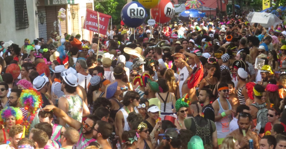 06.fev.2016 - Foliões acordaram cedo para curtir o bloco Céu Na Terra, que desfila pelas ruas de Santa Teresa, no Rio de Janeiro.