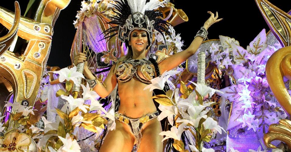 8.fev.2016 - A ex-panicat Carol Narizinho sai como destaque em um dos carros alegóricos da Beija-Flor