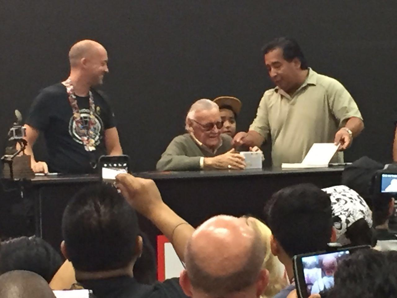 24.jul.2016 - Stan Lee passeia pelo estande da Marvel e dá autógrafos na San Diego Comic-Con 2016