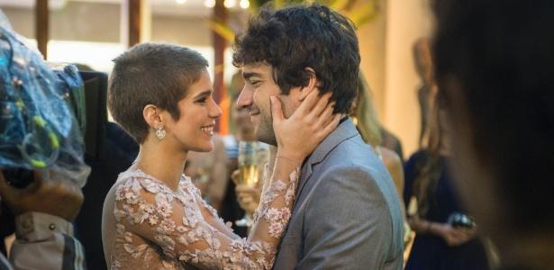 Letícia ( Isabella Santoni ) e Tiago ( Humberto Carrão ) ficam noivos após muita pressão de Tião Bezerra (José Mayer), o pai da noiva - Divulgação/TV Globo/Caiua Franco