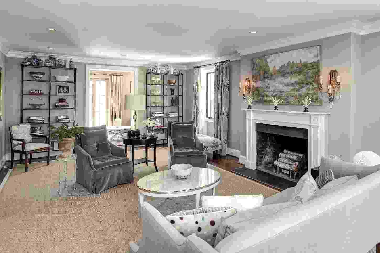 Casa do Obama - Uma das salas de estar tem um amplo e aconchegante espaço com sofá, cadeira, poltronas, além de uma lareira ideal para os dias de frio na capital federal dos Estados Unidos. O destaque da decoração é o tapete de fibra natural que preenche quase a totalidade do cômodo - undefined