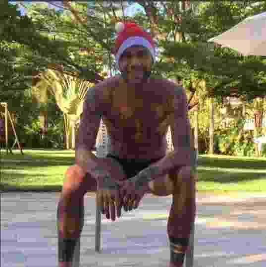"""Daniel Alves usou apenas cueca, meia e o gorro. ?Aqui o Papai Noel vai assim mesmo pois faz calor"""", disse o jogador do Juventus, da Itália, ao desejar boas festas em diversas línguas - Reprodução/Instagram"""