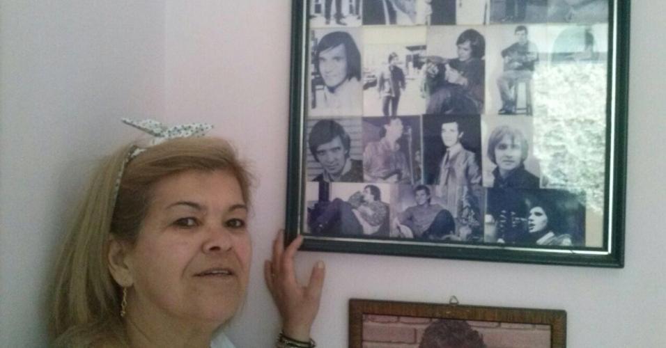 Simone posa ao lado de fotos antigas do ídolo