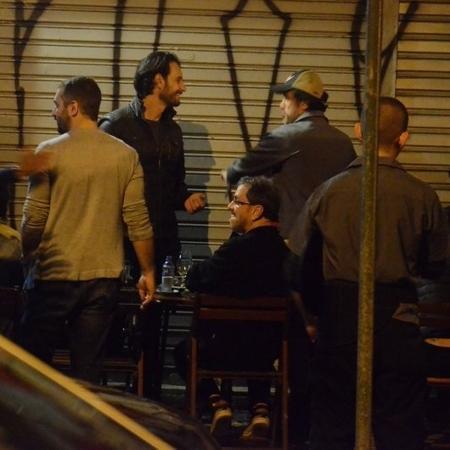 Rodrigo Santoro curte bar com amigos no Rio - AgNews