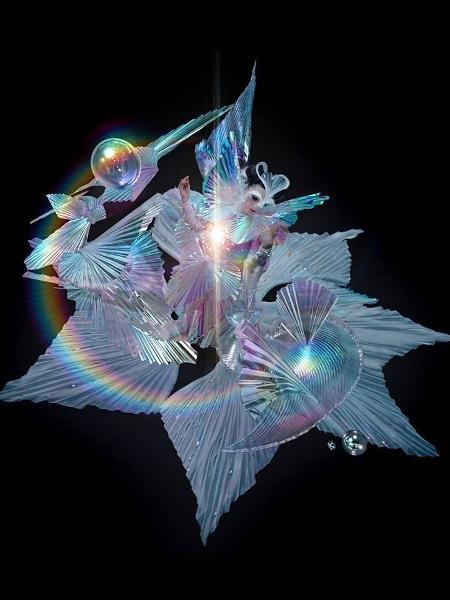 """Björk e seu vestido Gucci para o clipe de """"The Gate"""" - Reprodução/Instagram"""