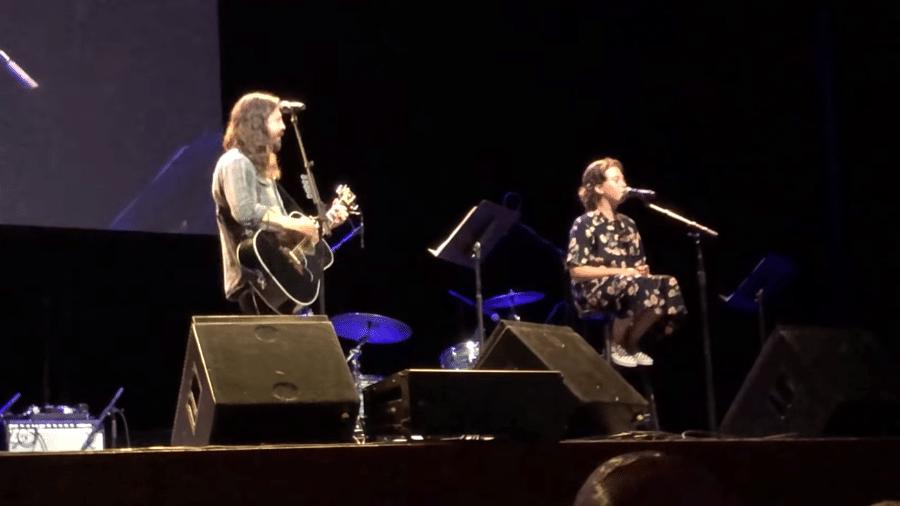 Dave Grohl e a filha Violet cantam em evento beneficente - Reprodução/Youtube