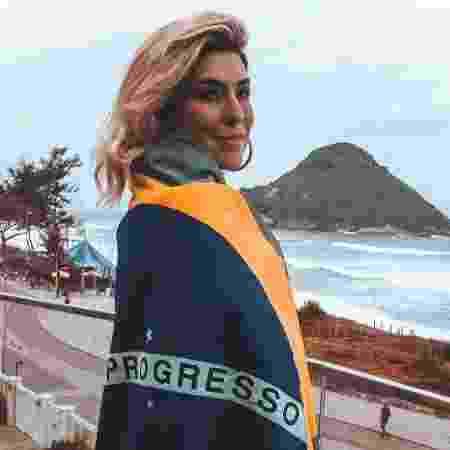 Fernanda Paes Leme se cobriu com a bandeira do Brasil para torcer pela seleção brasileira - Reprodução/Instagram