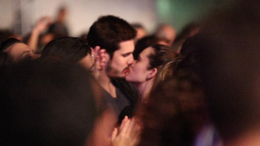 Nicolas Prattes e Juliana Paiva vão juntos a show dos Tribalistas e são vistos aos beijos pela primeira vez - AgNews