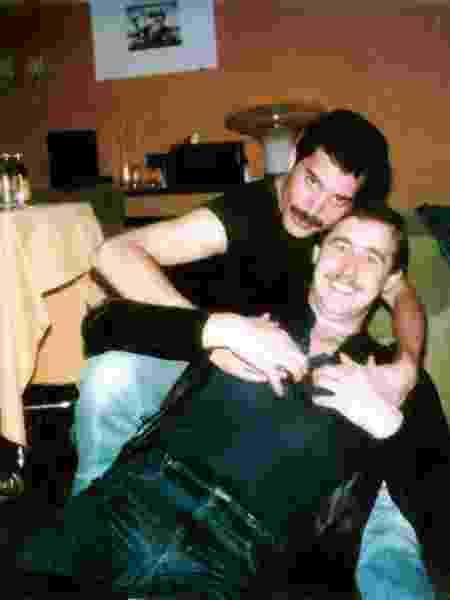 Freddie Mercury posa com assistente Peter Freestone - Reprodução - Reprodução