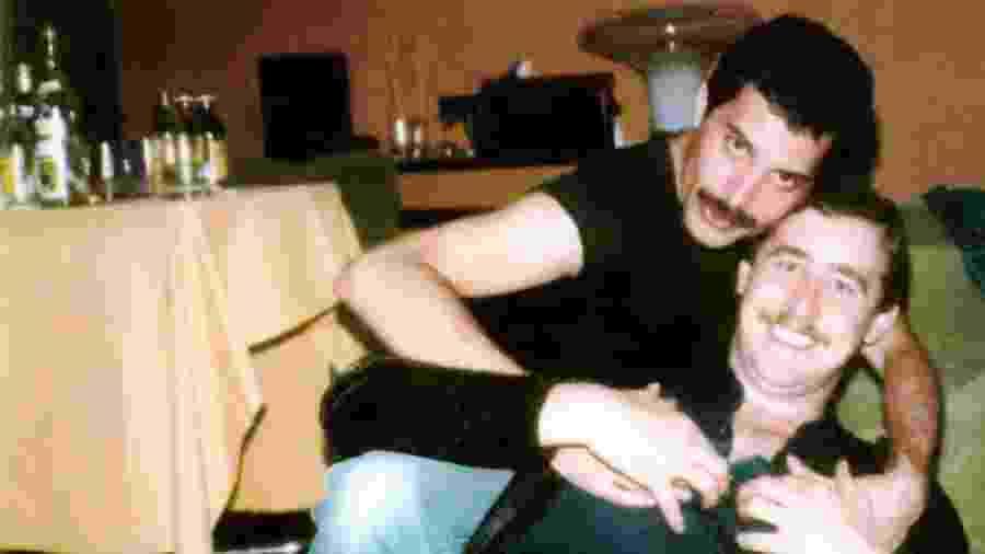 Freddie Mercury posa com assistente e amigo, Peter Freestone - Reprodução