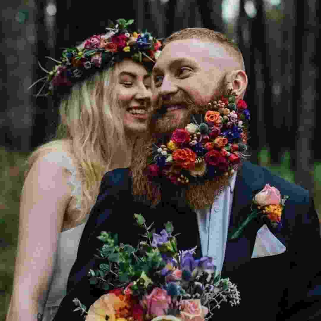 Temos um novo buquê? Noivos estão usando flores na barba para o casamento - Reprodução/Instagram