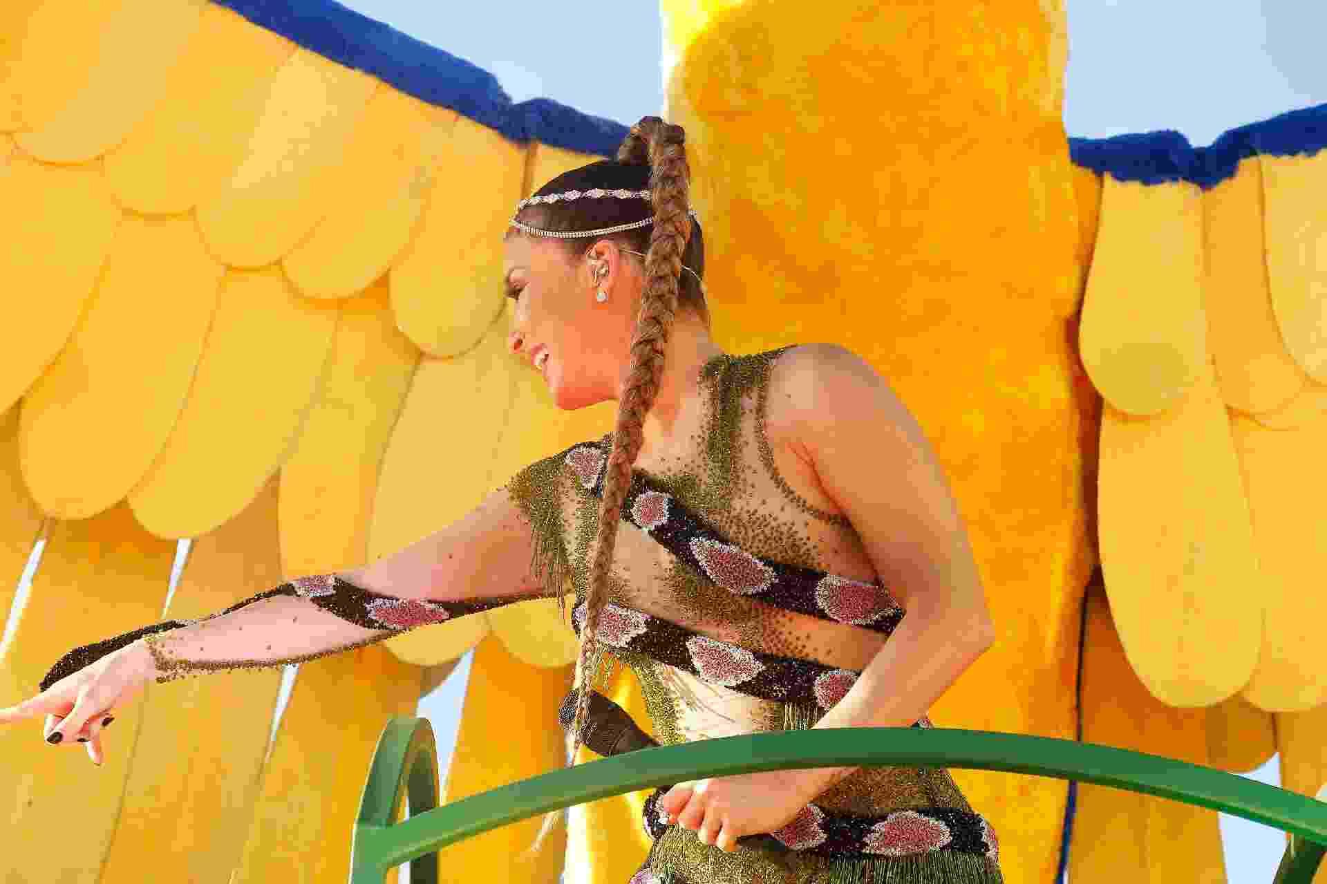 1ºmar.2019 - A cantora Claudia Leitte se fantasiou de cobra para se apresentar no bloco Blow Out - Alfredo Filho/Secom